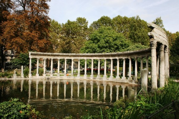 https://pixabay.com/en/colonnade-columns-lake-parc-monceau-503218/
