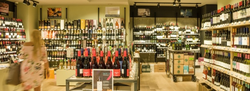 The vast and varied selection of wines for sale in Bortarsasag mammut in Budapest