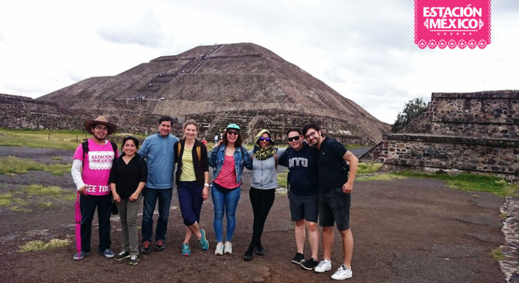 Tourists at the Teotihuacan pyramids in Mexic City on a free walking tour with their professional tour guide