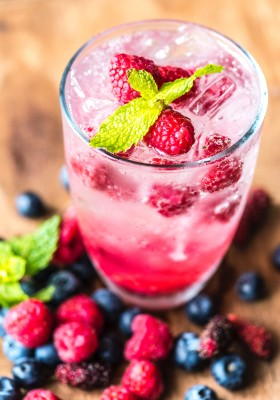 berries infused antioxidant cocktail drink