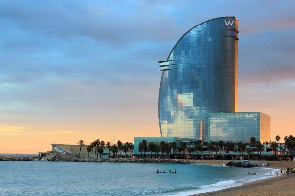 Vista del Hotel W y la playa de La Barceloneta