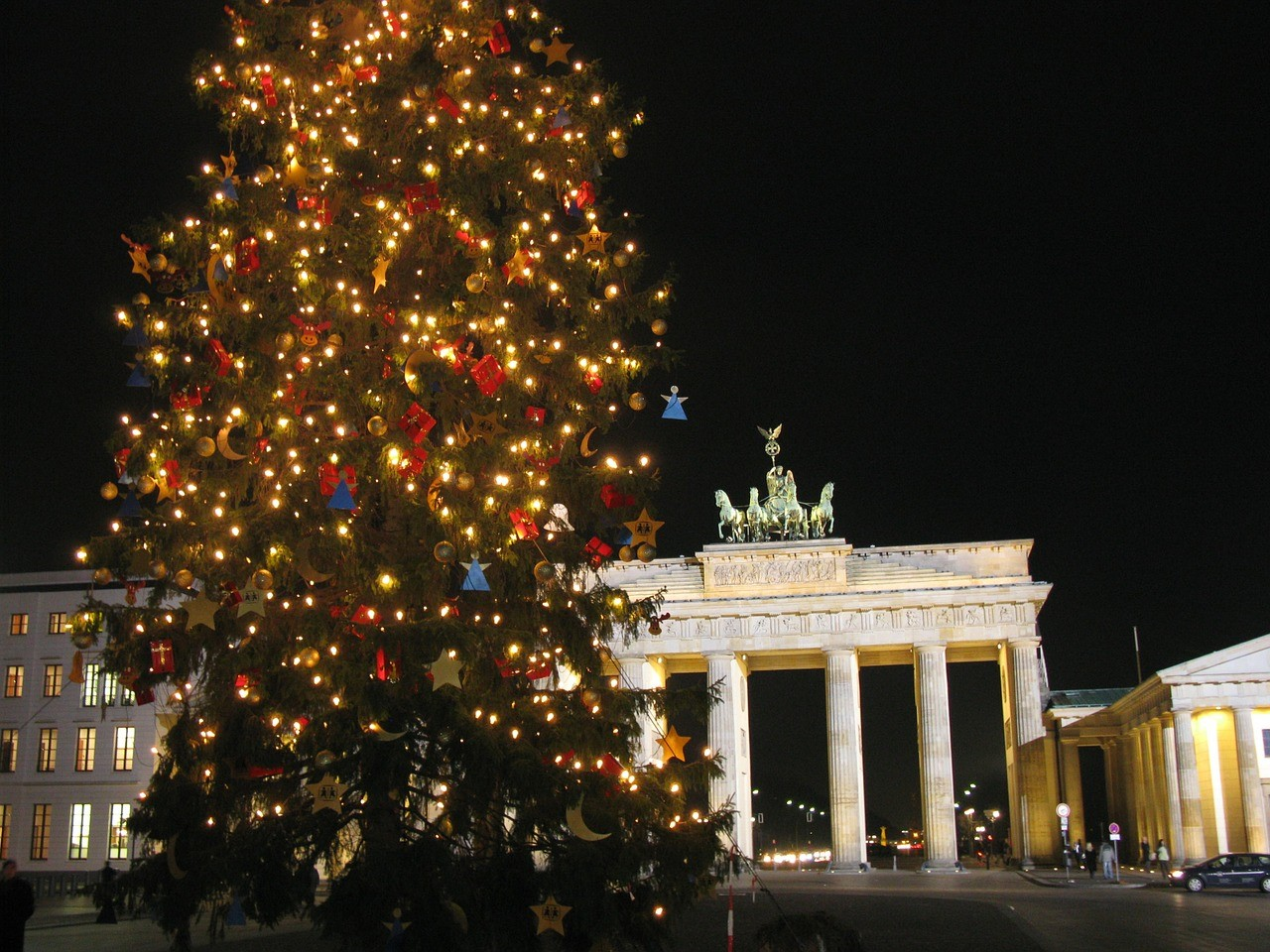 A christmas tree in front of the brandenburg gate in berlin